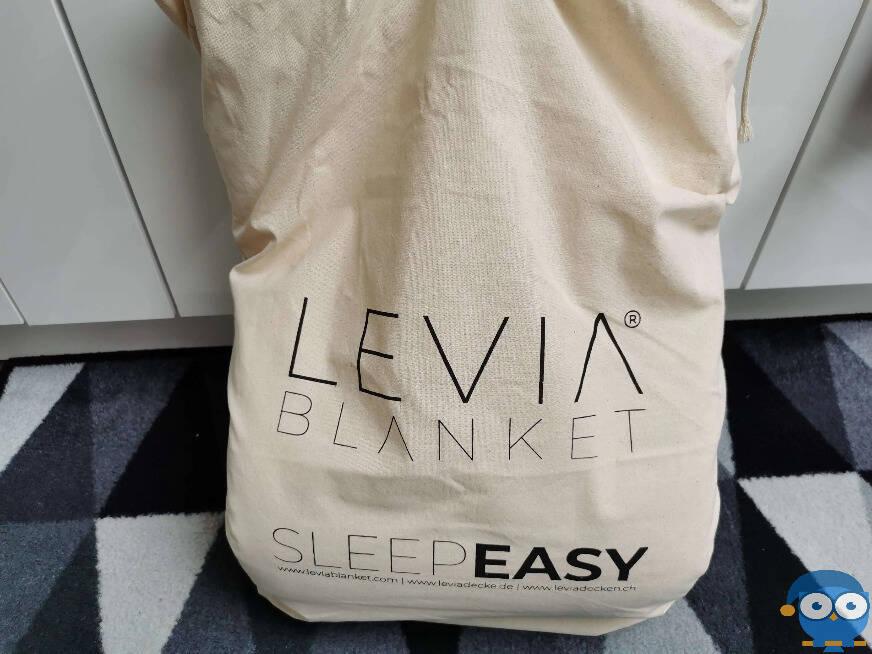 Die Levia Gewichtsdecke kommt in einem Sack aus nachhaltigem Material an. Foto: © Matratzencheck24