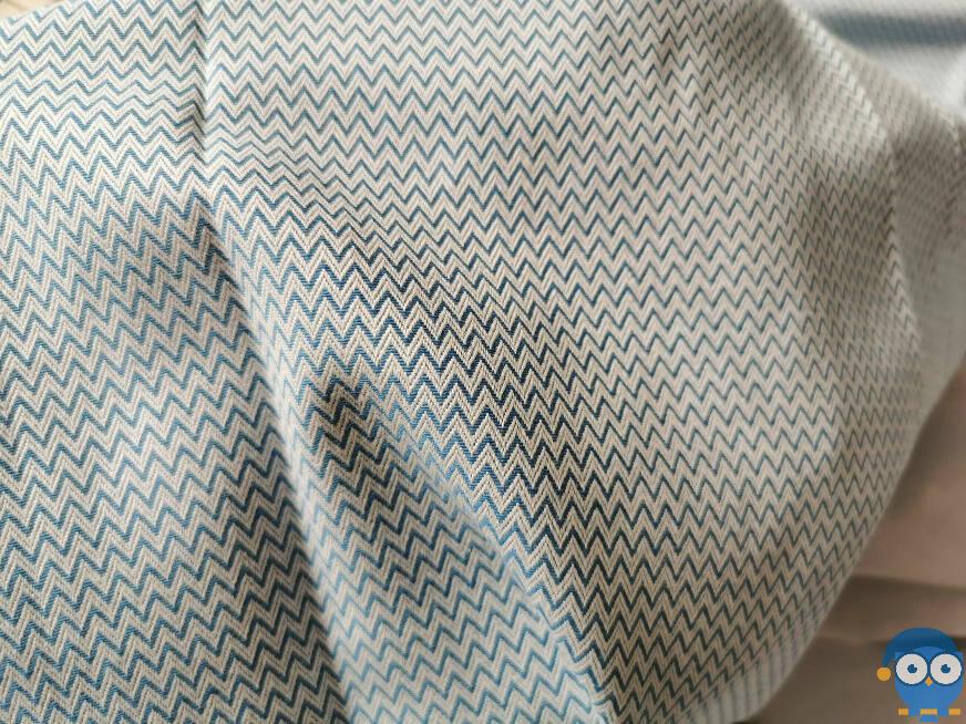 Der Bezug im Zick-Zack-Muster kühlt Dich angenehm in heißen Nächten. Foto: © Matratzencheck24