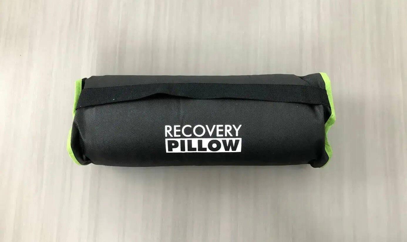 Platzsparend eingerollt in die wasserabweisende Tragetasche ist das Blackroll Recovery Kissen ideal für unterwegs.