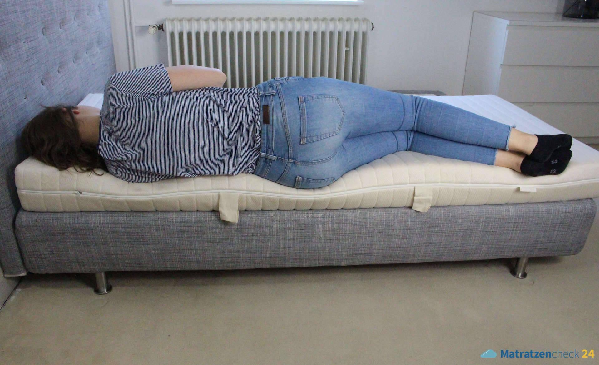 allnatura Supra-Comfort Matratze Probeschläferin auf der Seite