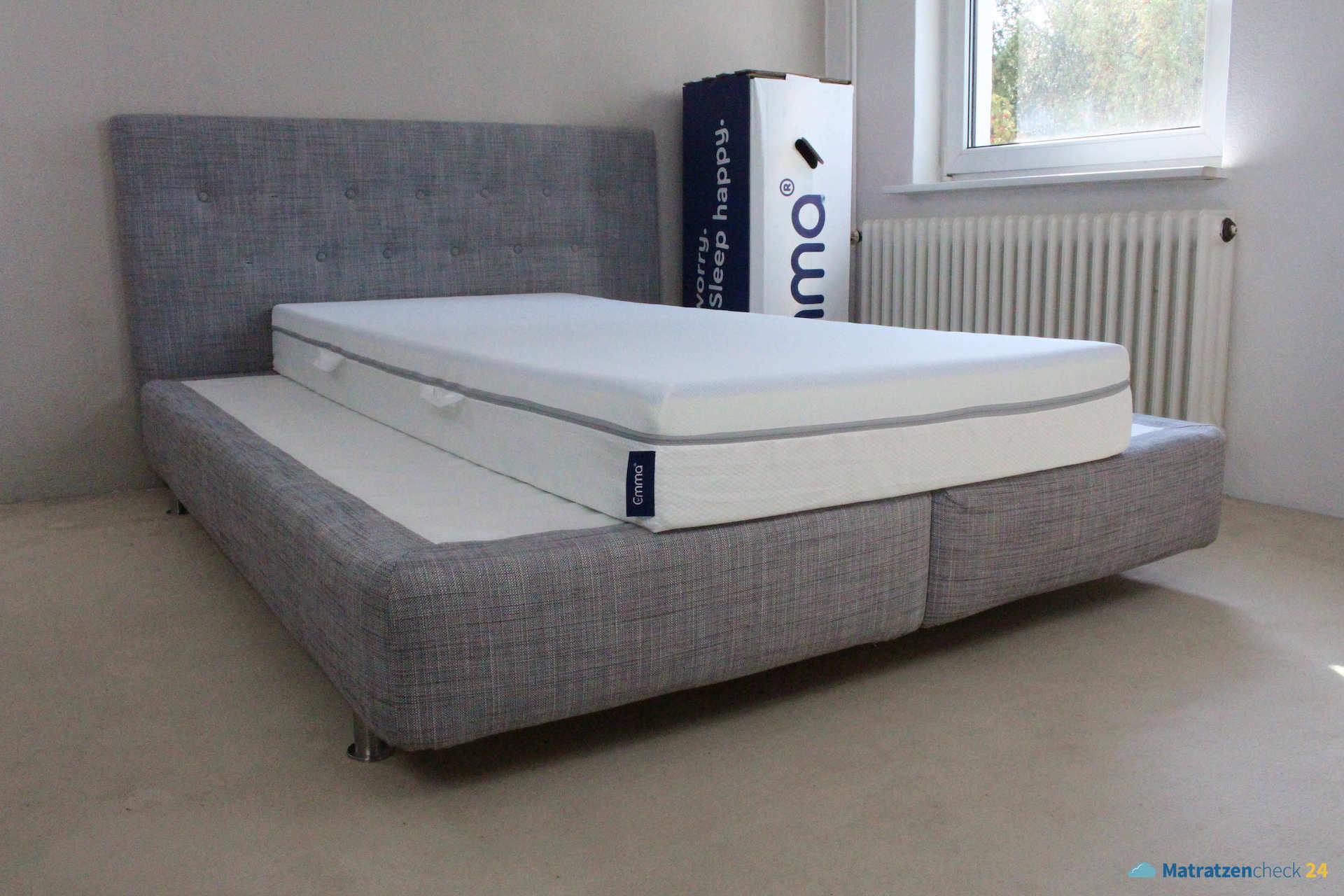 Emma One Matratze 90x200 cm auf dem Bett