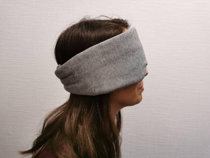 Das Besondere: Die Dvala Schlaf Maske bedeckt auch die Ohren.