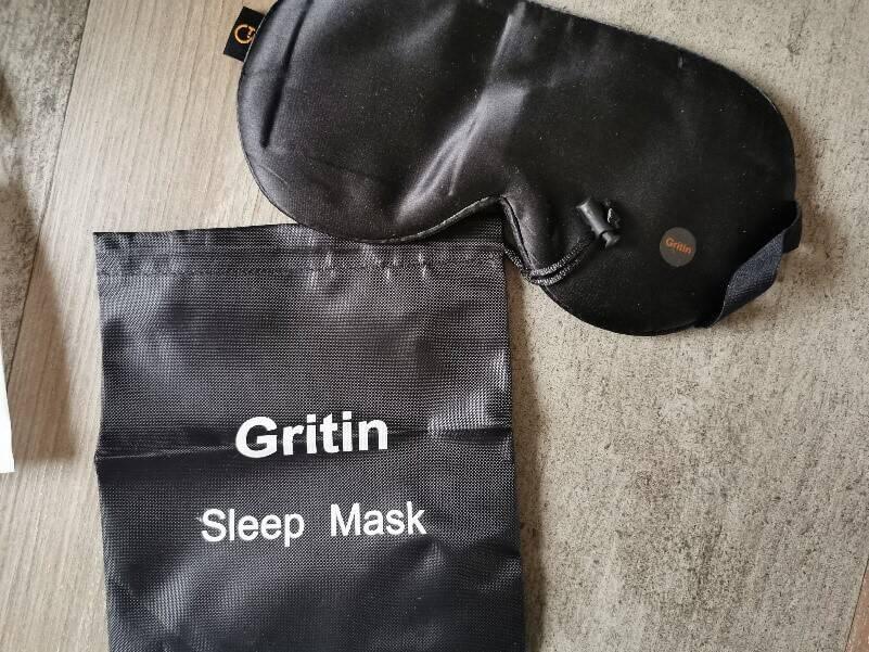 Neben der Schlaf Maske erhältst Du auch eine praktische Transporttasche