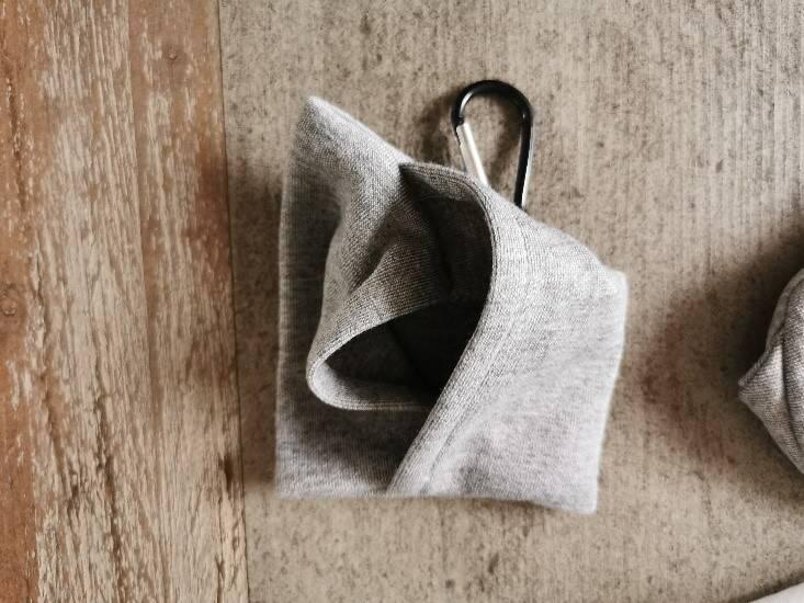 Dank des Karabinerhakens kannst Du die Transporttasche samt Schlafmaske an einer Tasche anbringen.