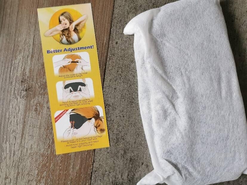 Im Inneren findest Du neben der Schlafmaske noch eine Schutzfolie sowie eine Anleitung